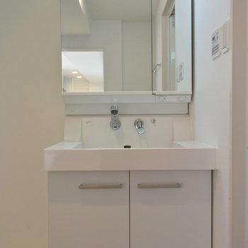 大きな鏡の洗面台がうれしい