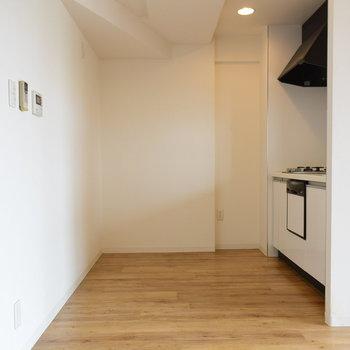 キッチンの後ろにもしっかりスペースがあるのも良いですね