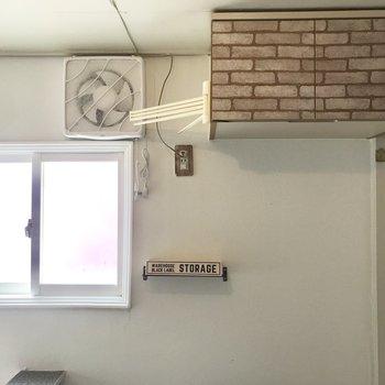 キッチン横には小窓と収納棚