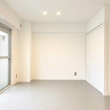 床はオフィス感のあるグレーのタイル張り。