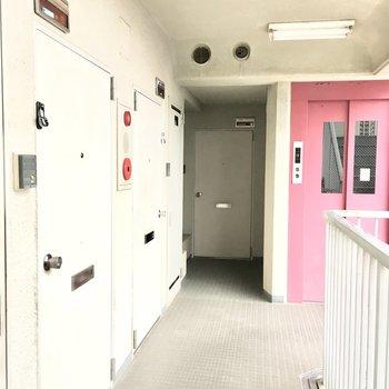共用部】お部屋は赤いエレベーターを降りてすぐ。