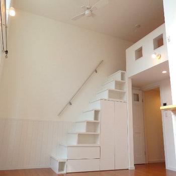 階段でロフトに上がれます (※写真は1階同間取り別部屋のものです)