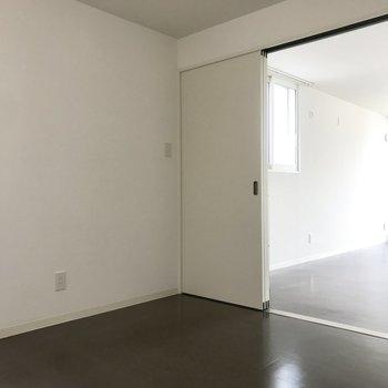 家具もシンプルなものを