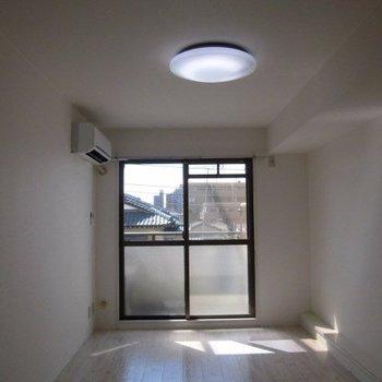 昼間は電気がいらないくらいあかるいです※写真は4階の反転間取り別部屋のものです