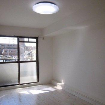 白のお部屋きれいですね※写真は4階の反転間取り別部屋のものです