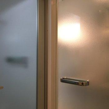 お風呂のドアもサニタリーのドアもすりガラスとシルバーノブ※写真は1階の同間取り別部屋のものです