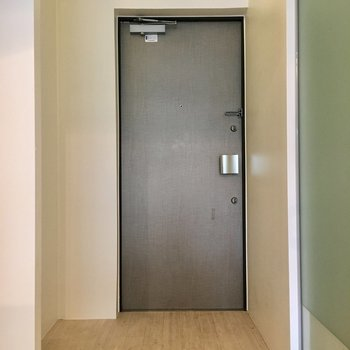 玄関は余裕の広さ。※写真は1階の同間取り別部屋のものです