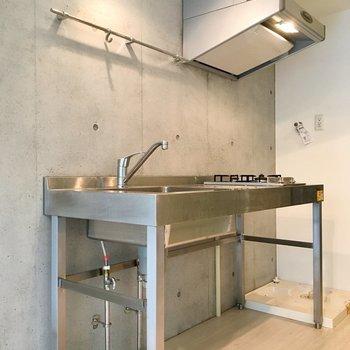 オールステンレス×コンクリのどこまでもクールなキッチン※写真は1階の同間取り別部屋のものです