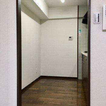 キッチン後ろもスペース広々。食器棚や冷蔵庫はこちらに。