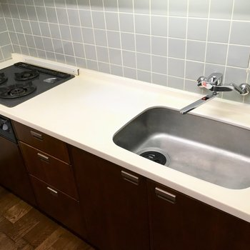 キッチンは3口コンロ。作業スペースも広めです。