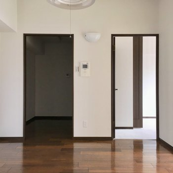 右は洋室、左はキッチン。