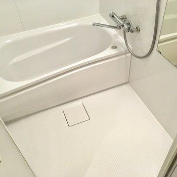 お風呂はキレイめですね。サーモ水栓でお湯の調節もラクラクだ。