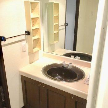 洗面台はちょっぴりレトロ。鏡がとっても大きいんです。