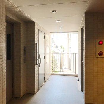共用部。エレベーター降りてすぐのお部屋です。