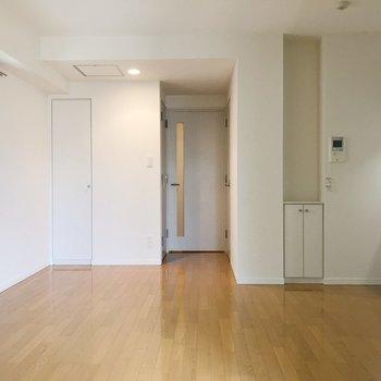 洋室からLDKを眺めると。正面扉の両サイドはなにがある?