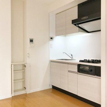 【LDK】広々キッチン。ちょっとした収納も。