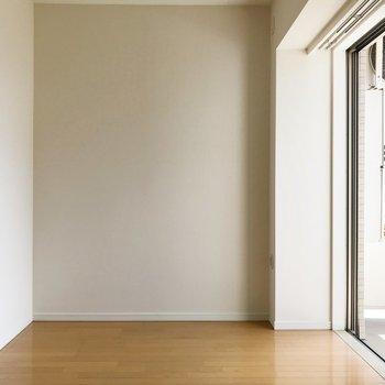 【洋室】反対側へ。壁にベッドを寄せて。