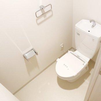 玄関スペース手前にトイレ。