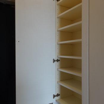 シューズボックスこちら※写真は12階の反転間取り別部屋のものです