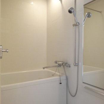 バスルームもきれい!※写真は12階の反転間取り別部屋のものです