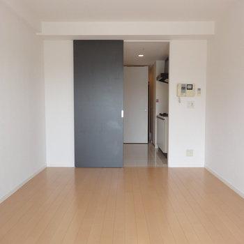 窓側からこんな感じ※写真は12階の反転間取り別部屋のものです