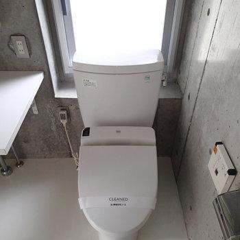 トイレの後ろにも窓があります。新聞読みやすそう。※写真は6階の同間取り別部屋のものです