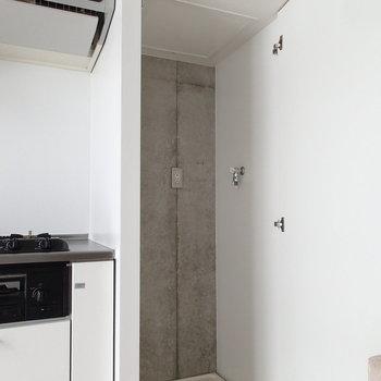 洗濯機は上の階のキッチンの横に。 ※写真は6階の同間取り別部屋のものです