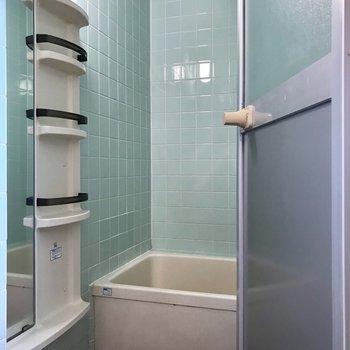 お風呂には大きな鏡と、たくさんのシャンプーラックがありました。