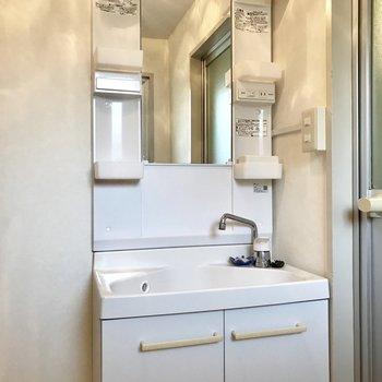 コンパクトながらも、シングルレバーで使いやすい洗面台!