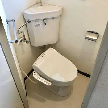 トイレも落ち着くコンパクト感。窓もついているので換気もできますね。
