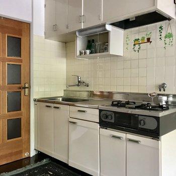 キッチンのレトロ感がまたたまらなく可愛い。(※写真の小物は見本です)