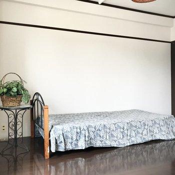 こんな風にクラシカルなベッドを置いても絵になりますね!(※写真の家具・小物は見本です)