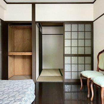 洋室の収納はコンパクト。その隣は和室。ガラガラと音をたててあく扉。きゅん…!(※写真の家具・小物は見本です)