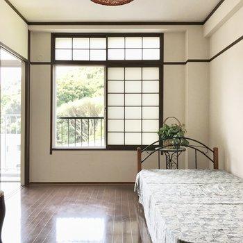 窓にはふすま、絶妙なバランス感覚が魅力的。(※写真の家具・小物は見本です)