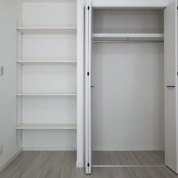 【洋室】2人分の衣類が入りますね。可動式の収納棚が嬉しい◎