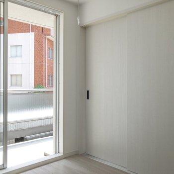 【洋室】天井には室内干し用の棒が付いています。