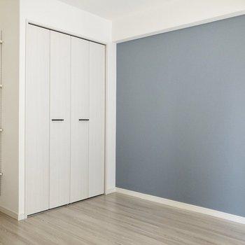 【洋室】寝具はアクセントクロスの色に合わせると良さそう。