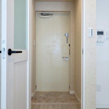 左手のドアがレトロで良いですね。