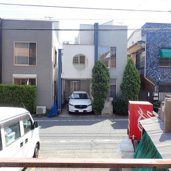 【バルコニー眺望】駐車場と道路。