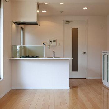 カウンターキッチンも白くてお洒落。 (※写真は11階反転間取り角部屋のものです)