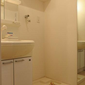 サニタリーも綺麗で使いやすい、洗濯機の上の棚が便利! (※写真は11階反転間取り角部屋のものです)