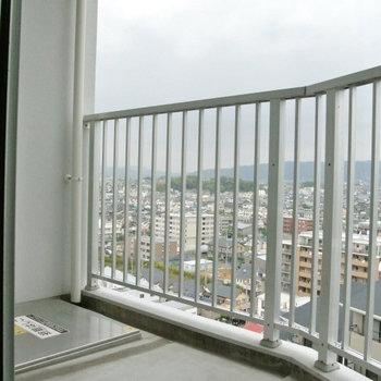 ベランダは北向き。※写真は10階の同間取り別部屋のものです
