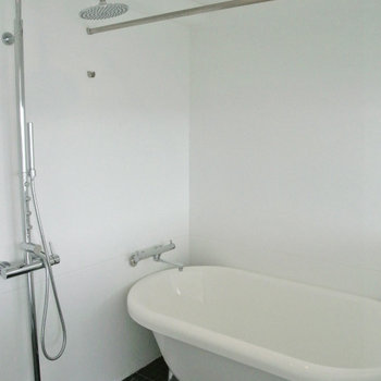 お風呂は黒のタイルでアクセント。シャワーの形がなんかおしゃれ※写真は10階の同間取り別部屋のものです