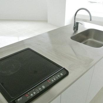 キッチンはメタリックな対面キッチン※写真は10階の同間取り別部屋のものです