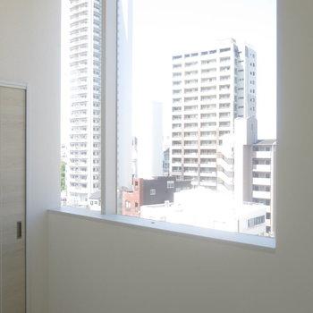 洋室にも大きな窓!※写真は9階の反転間取り別部屋のものです