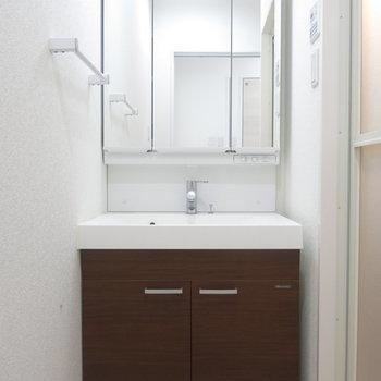 洗面台も大きくてスッキリ!※写真は9階の反転間取り別部屋のものです