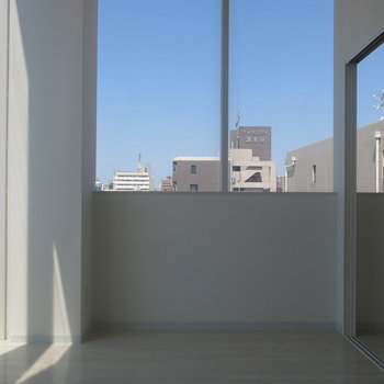 空を切り取ったような窓がすごい!※写真は9階の反転間取り別部屋のものです