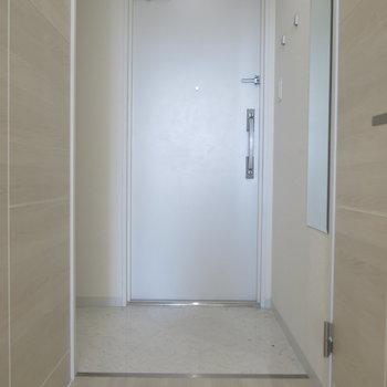 玄関の脇には姿見も!※写真は9階の反転間取り別部屋のものです