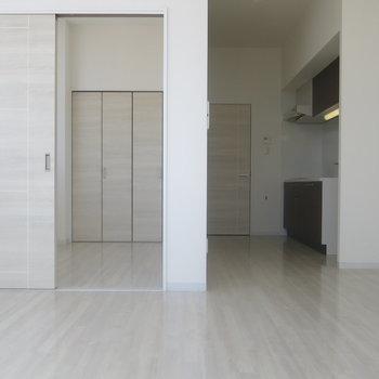 リビングと寝室はスライドドアで仕切れます!※写真は9階の反転間取り別部屋のものです