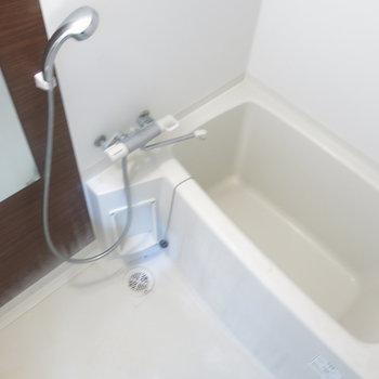 シャワーヘッドはシルバーでクールに!※写真は9階の反転間取り別部屋のものです